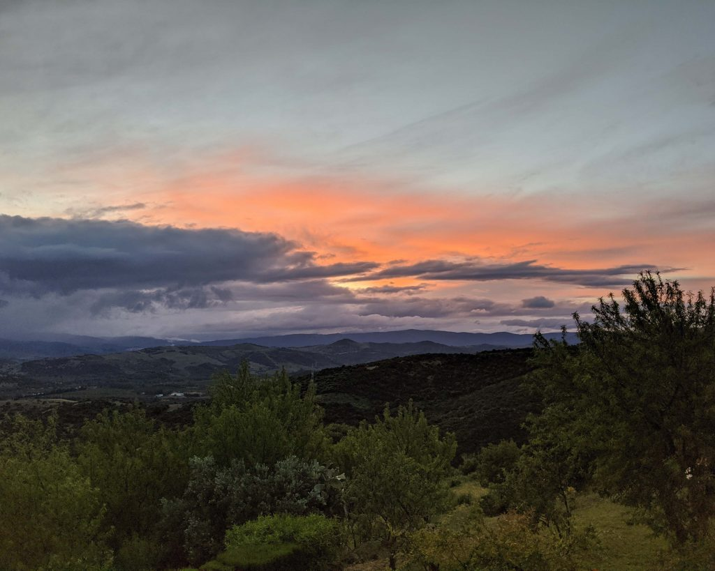 Vistas con nubes al fondo y colores de amanecer anaranjados