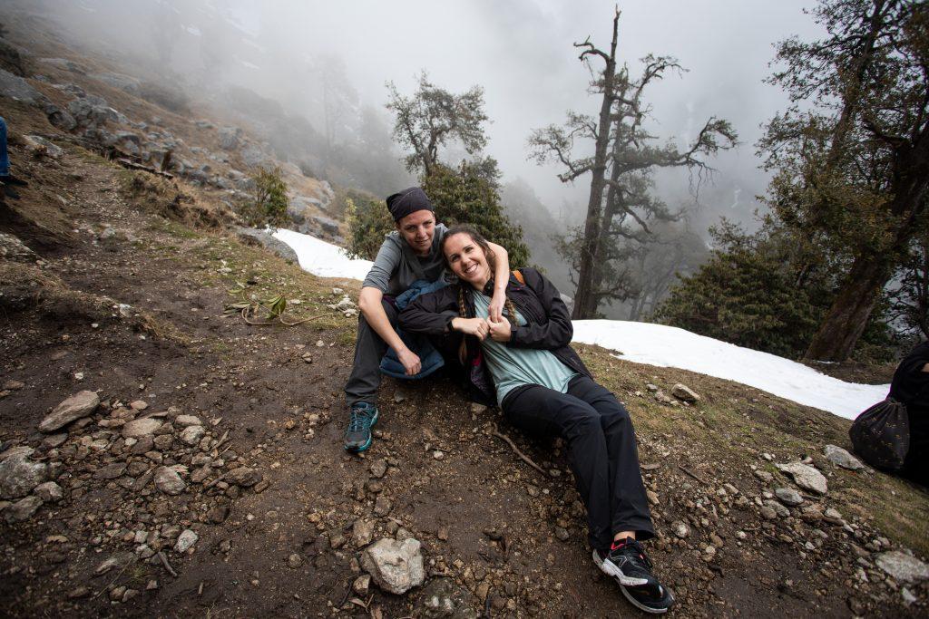 Adela y Conchi, riendo en la montaña, rodeadas de barro, árboles y nieve