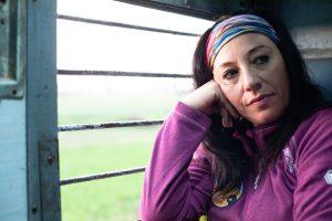 Mujer seria apoyada en la ventana del tren