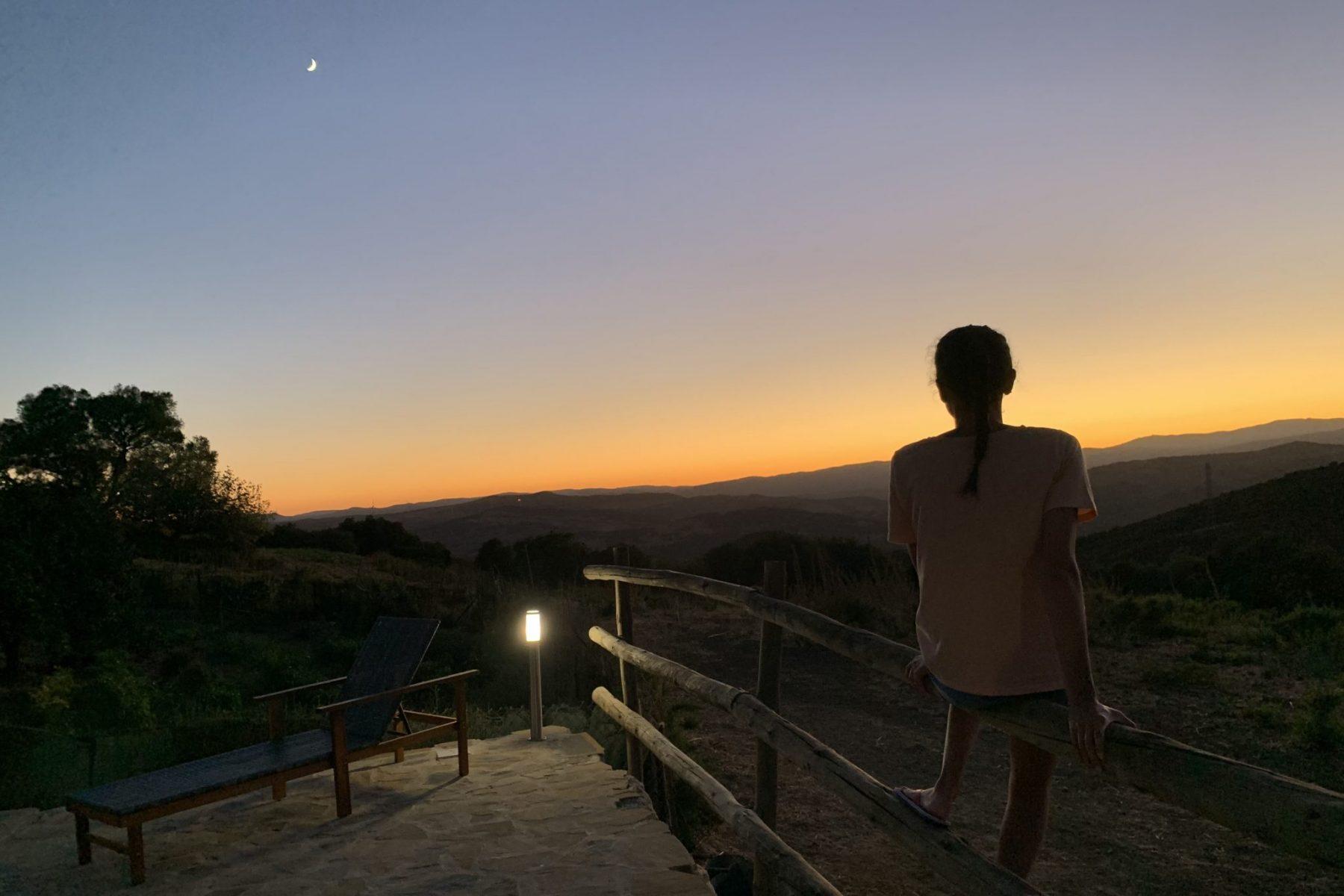 Mágico atardecer, persona observando el sol y la luna
